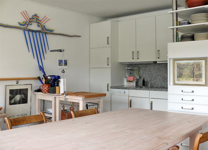 Einbauküche mit großem Esstisch